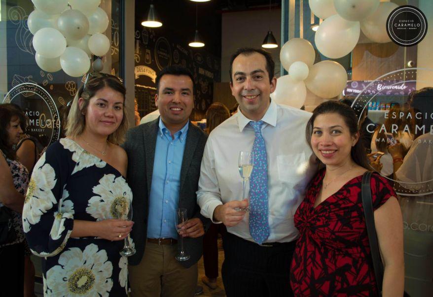 Cristian Flores y Williams Triviño, los dueños, junto a sus parejas